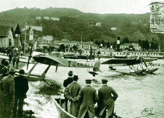 Gli idrovolanti di Garros e Morane sula riva di San Giorgio, dove oggi sorge l'hangar dell'Idroscalo di Como.
